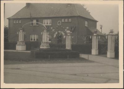 Het eeuwfeest van moedertje Hartert-Cuppens. Versierd huis.