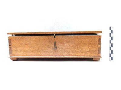 houten doos met binnenin lichtblauwe bekleding