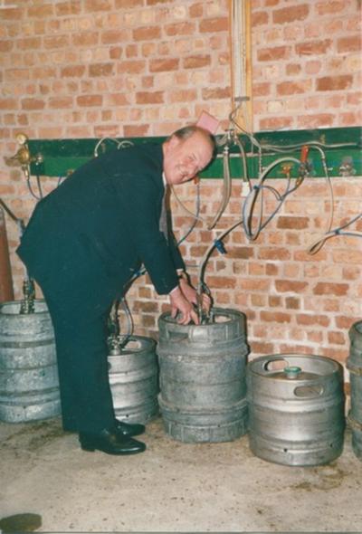 Eugène Teclavers bij de tapinstallatie in de kelder van de Corso