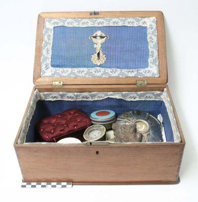 houten doos met 13 voorwerpen - relieken