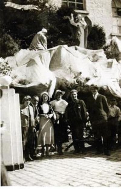 Foto: straatversiering: Onze-Lieve-Vrouw Boodschap, Capucienenstraat (Virga Jessefeesten, Hasselt, 1933)