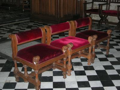 stoelen voor celebranten en misdienaars hoogkoor