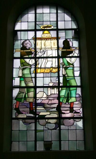 Monniken dragen de relieken van de Heilige Amandus