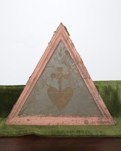 Afbeelding Heilig Hart in een driehoekig houten kader (roze)