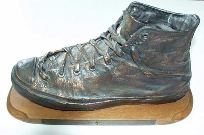 Verbronste schoen van basketster John Loridon 'het CC van Racing BBaan, John Loridon voor z'n 100 selecties'