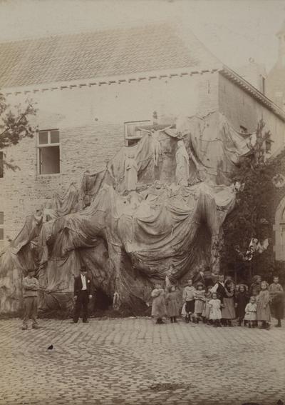 Foto: straatversiering: Calvarie, t.h.v. de kapel van de Paardsdemer te Hasselt (Virga Jessefeesten, Hasselt, 1898)
