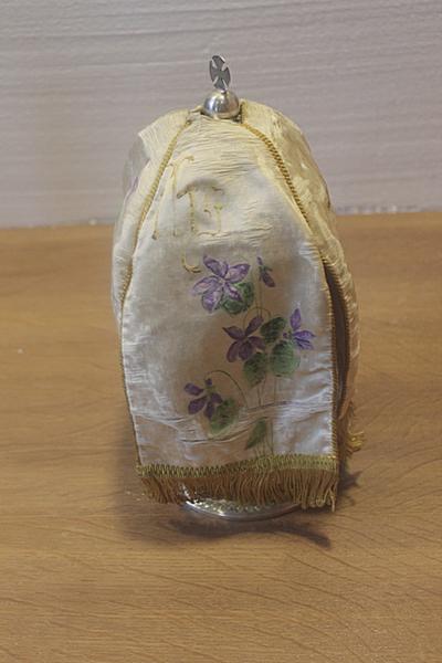 Wit ciborievelum met viooltjes