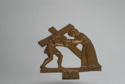 kruisweg statie 5 : Simon van Cyrene helpt het kruis dragen