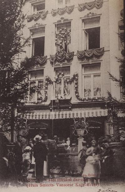 Foto: straatversiering: Het mirakel van de val van het kindje van de Morin, Kapelstraat (Virga Jessefeesten, Hasselt, 1905)