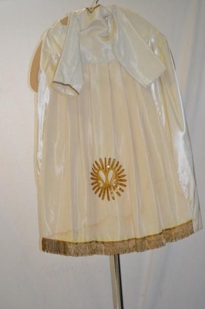 Wit kleed voor Madonnabeeld