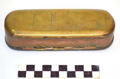 ovale doos met scharnierend deksel en versiering aan de buitenzijde
