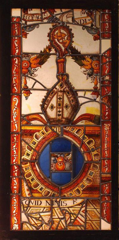 Glas-in-loodraam samengesteld uit gebrandschilderde fragmenten