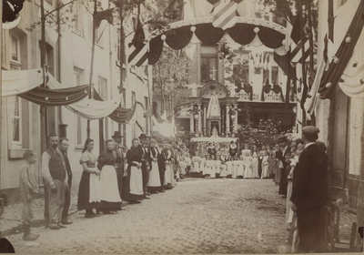 Foto: straatversiering: Maastrichterstraat Den heuvel (Virga Jessefeesten, Hasselt, 1898)