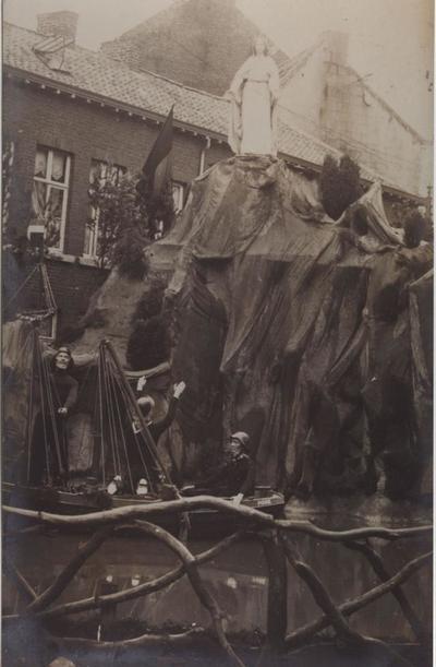 Foto: straatversiering: Hulp der christenen Schorsmarkt (Virga Jessefeesten, Hasselt, 1912)