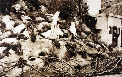 Foto: straatversiering: De bezoeking van Maria aan haar nicht Elisabeth, Maastrichterpoort (Virga Jessefeesten, Hasselt, 1926)
