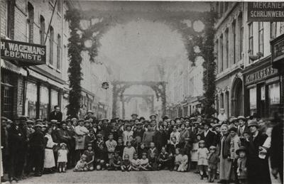 Foto: straatversiering: bewoners van de Koning Albertstraat voor hun straatversiering (Virga Jessefeesten, Hasselt, 1905)