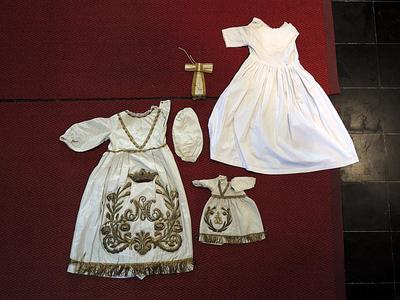 wit bovenkleed OLV-beeld en kleed kindje Jezus