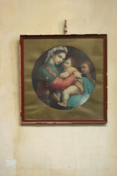 Houten kader met glas waaronder een gekleurde tekening van een Madonna met Kind (en engel?)