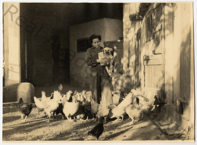 Muller con can e galiñas