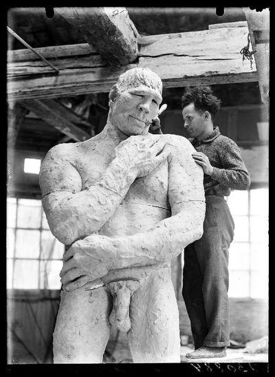 De beeldhouwer Idel Ianchelevici in zijn atelier