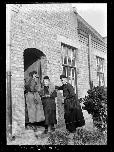 Type: Vrouwen in het Begijnhof van Diksmuide
