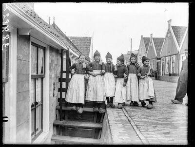 Type: Volendamse meisjes in traditionele klederdracht