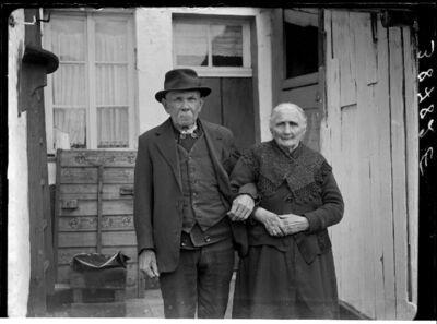 Type:  Oud echtpaar voor hun woning