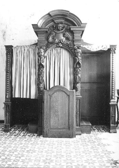 Een van twee barokke biechtstoelen met imposante kroonlijst