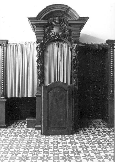 Een van twee barokke biechtstoelen met imposante bekroning