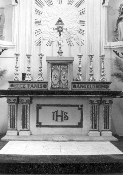 classicistisch altaar in kalksteen en marmer en met goud gehoogd