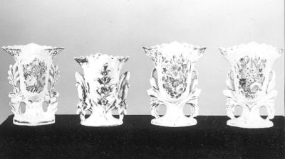 paar porseleinen vazen met vier bloemen in reliëf