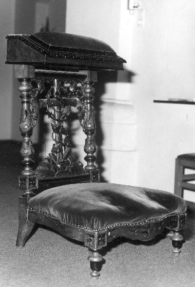 Rijk gesculpteerde bidstoel met kruis,omkranst met doornenkroon
