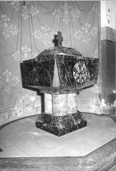 Doopvont in zwart en rood marmer met bronzen vat en deksel