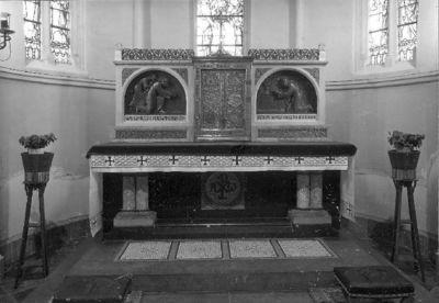 hoofdaltaar in blauwe hardsteen met messing tabernakel en expositietroon
