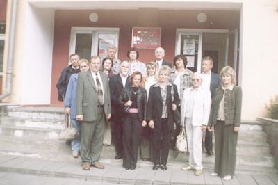 Seminarium polsko-białoruskie bibliotekarzy Bug nie dzieli (Brześć - Iwanowo ; 16-18 września 2004) - przed biblioteką Rejonową w Iwanowie