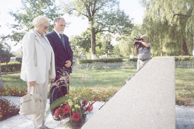 Seminarium polsko-białoruskie bibliotekarzy Bug nie dzieli (Brześć - Iwanowo ; 16-18 września 2004) - składanie wieńca przed tablicą upamietniającą rodzinę Napoleona Ordy