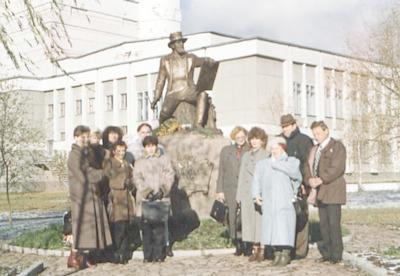 Wizyta bibliotekarzy WiMBP w Białej Podlaskiej w bibliotekach obwodu brzeskiego na Białorusi - przed pomnikiem Napoleona Ordy w Iwanowie