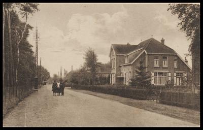 Gezicht in de Dolderseweg in de dorpskern van Den Dolder uit het noorden, met rechts de voorzijde van het oude postkantoor.