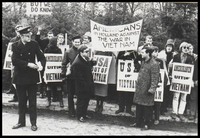 Een groep jongeren hield een protestmars bij de vliegbasis Soesterberg in verband met de oorlog in Vietnam. Dit voor Zeist en omstreken vrij zeldzame verschijnsel ziet men hier vastgelegd. Het beeld spreekt voor zichzelf.