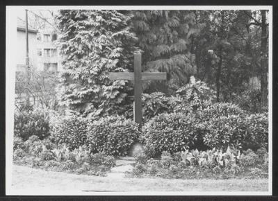 In het plantsoen hoek Dolderseweg/Willem Arntszlaan staat een manshoog houten kruis. Dis is het oorlogsmonument in Den Dolder. Het werd in 1970 in opdracht van de gemeente vervaardigd en eind april geplaatst. Hier vindt elk jaar de Dodenherdenking plaats door het leggen van een krans.