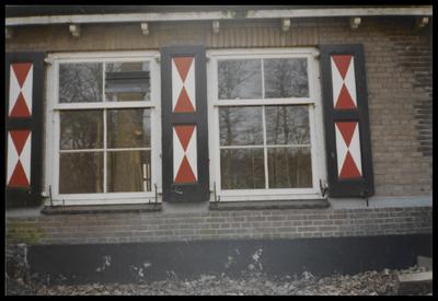 Ramen met luiken van oude boerderij aan Soestdijkerweg, nummer 12.