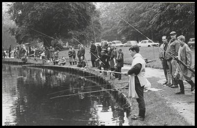 De viswedstrijd achter het Slot trok vele deelnemers en toeschouwers.