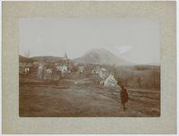 Le Puy de Dôme et le village de Laschamps en hiver