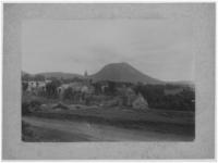 Le Puy de Dôme et le village de Laschamps en été