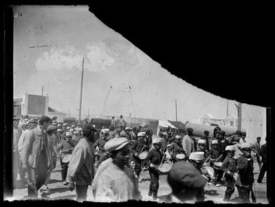 Batallón infantil desfilando en los ejidos de la feria