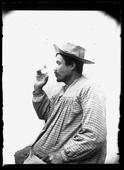 Retrato de campesino bebiendo