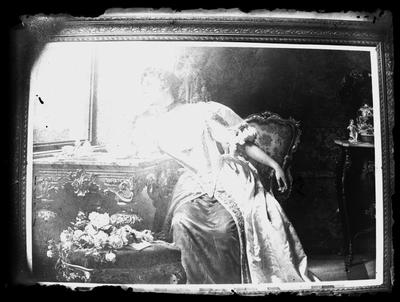 Pintura representando a una señora sentada