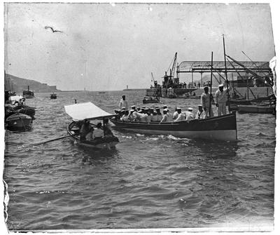 Vista de barcos y marineros