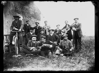 Retrato de grupo en jornada festiva en el campo