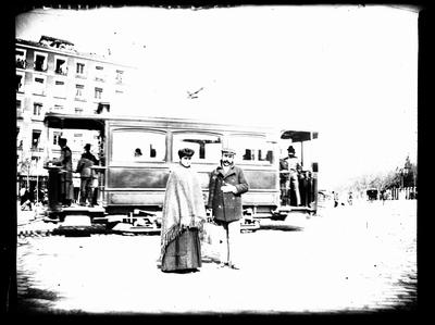 Retrato de una pareja delante de un tranvía